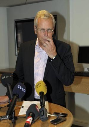 Kommunminister Odell tillätter en utredning om arbetsvillkoren för myndighetschefer.