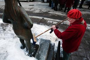 Snöfri skulle Astri Taubes staty när Taubesällskapet uppmärksammade 120-årsdagen av Evert Taubes födelse. Kristina Persson sopade.