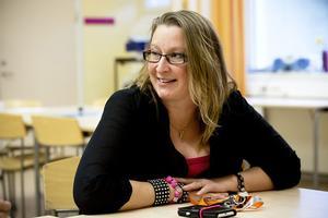 Läraren Anna Bergquist anser att böcker behövs i skolan, men hon vill inte hurra över några nya förrän köpet är gjort.