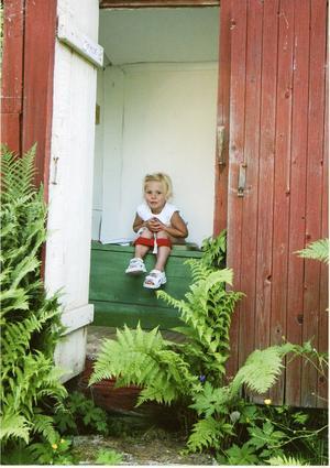 Sommarlycka på utedasset i Herte, Bollnäs.Juryns omdöme: En riktig sommarbild, ett besök på utedasset med öppen dörr. En rolig bild.Foto: Ulrika Bengtsson, Glössbo