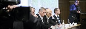 Panel. Olle Ytterberg ställde angelägna frågor till panelen med fokus på Västra Mälardalen. Närmast Olle syns Jan Kyrk, SJ, Johan Wadman, SJ (dold), Anders Larsson, SJ, Peter Lindskog från Trafikverket och Conny Strand, Länstrafiken.