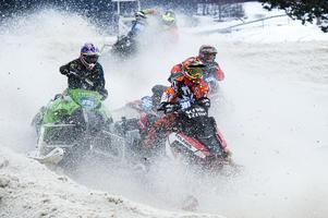 301 är Emil Hansson, Tväråns IF, 252 är Robin Jonsson, Vännäs MK, och 56 är Linus Åberg, Bollnäs MK. Alla fastnade i ett stort snömoln kort efter starten i ett av kvalheaten.