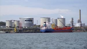 Nynas raffinaderi i Nynäshamn, här startade bolaget sin verksamhet redan 1928. Länge tillverkade man bensin, men numera rör det sig om specialoljor åt industrin och bitumen till asfaltsproduktion.