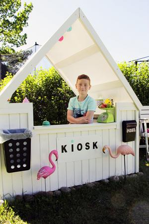 Rex i Skutskär har en egen glasskiosk som är byggd av lastpallar, spillvirke och en vaxduk till tak.