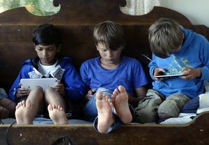 Först läsning – sedan spelande. Med Berättarministeriets app är det läsningen som låser upp spelen.