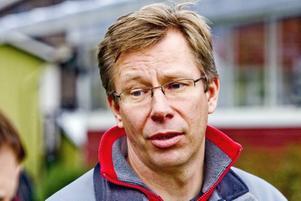 Anders Lundberg är hundinstruktör och bor i Tumba, men anlitas av Gävle praktiska gymnasium i några moment under kursen djurkunskap, hundar.