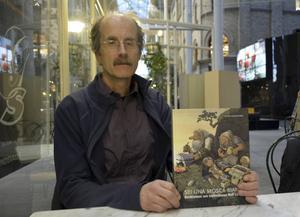 Stefan Grundström med sin bok om en ovanligt mångsidig människa.