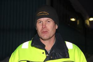 Per-Åke Kardell, 46 år, sköter skogsbruket. Skördare och skotare i maskinparken. Snöplogar. Aktiv politiker med tunga uppdrag för C. Brandförman.