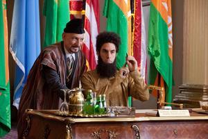 Förtryckare. Ben Kingsley och Sacha Baron Cohen i filmen om en galen envåldshärskare som är nästan lika underhållande som Borat.
