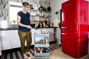Malin Ågren gillar 1950-talsdesign och tycker att den passar bra i tegelhuset som byggdes 1955. Det mesta i köket är nytt, men ser ändå ut som hämtat från 50-talet. Eftersom köket är ganska litet valde de öppna hyllor och en ljus och luftig inredning.
