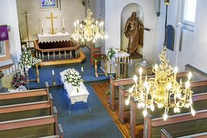 Jag anser att begravningsavgiften är orimlig hög, skriver Charlotte Runius.