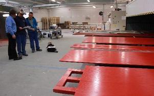 Paneler målade i en ovanligt klar och röd färg.