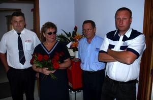 Gittan Häll var en av många som kom med blommor till de anställda.