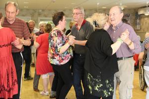 Dansgolvet fylldes snabbt av många som ville röra sig i takt med musiken.