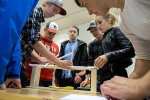 Första tävlingsmomente för deltagarna i Design Open var att bygga en bro av papper tillräckligt starkt för att hålla en vikt på 0,6 kg. Timmerskolan i Lycksele gjorde vad man kunde på snabba tio minuter.
