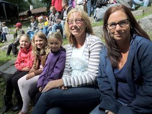 Maya Hedenskog, Liw Lindmark, Wilma Hedenskog, Ann-Sofie Hedenskog och Josefine Hedenskog sitter i publiken.