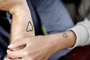 I våras valde paret att ytterligare befästa sin kärlek genom att förlova sig. Istället för ringar tatuerade de in varsitt hjärta på ena armen. På frågan varför de förlovat sig med tatueringar svarar Martin snabbt:- Varför förlovar man sig med ringar?