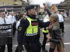 Tess Asplund förs undan av polis, efter