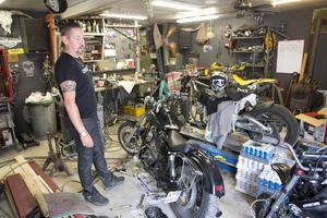 I garaget står parets älsklingar – Harley Davidsons – varav Sannas är isärplockad till oigenkännlighet. I andra ändan av garaget är det tänkt att bli en spaavdelning.