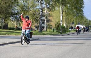 Glada miner överallt. Lena Larsson i täten får vinka mest hela tiden när hon kör runt i samhället på sin gamla moped.