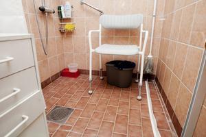 Den vita duschlisten plockades åt sidan. Det gör att hela toaletten blir vattendränkt när man använder duschen.