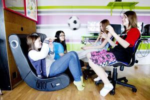 Populärt. Nya fritidsgården i Järbo besöks av 30 – 45 ungdomar tre dagar i veckan. Amanda Wall, Sandra Backlund, Victoria Spjuth och Louise Juhlin heter tjejerna på bilden.