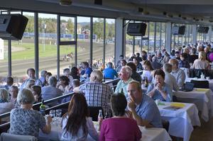 Det var mycket folk både inne och ute när V75 på lördagen gick på Bollnästravet. Så här såg det ut i restaurangen.