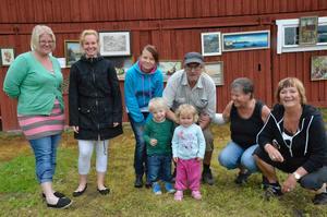 Klanen. Familjeloppisets säljare samlade för fotografering. Fr vä Anna-Karin, Karin, Rebecka, Karl-Åke, Wivi och Vanja. Framför dem står minstingarna Hugo och Alwa.