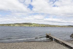 Till fastigheten hör en egen strand och en brygga.
