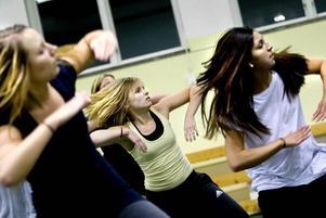roligare än gym. Ett 20-tal tjejer testade afrikansk dans på Vasaskolan i går. Agnes Lanker tyckte att det var roligare än att gå på gym.