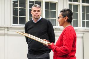 Daniel Kindberg tog emot beviset på HBTQ-certifieringen av ÖFK av RFSL:s Preethi Huczkowski.
