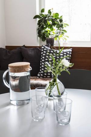 I taket hänger en X-large Vita lampa med fjädrar, på bordet står Annaviktoria-vas och glas, och längst bak syns Hay stolar.