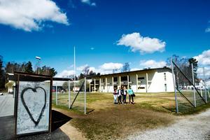 Under flera år utsattes en av eleverna på Glanshammar skola för mobbing. Nu krävs kommunen på 90 000 kronor i skadestånd.