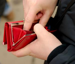 Jul- och nyårsfirandet lämnar stora hål i plånboken hos många familjer. Det finns två sätt att attackera problemet: att öka inkomsterna eller att hålla nere kostnaderna.