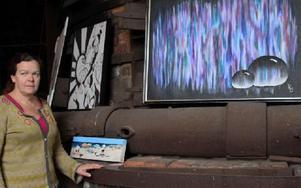 Gunilla Berglund arbetade på onsdagen med hängningen, här med tavlor av Johan Hansson, Eva Agarth och Elisabeth Svensson. Foto: Eva Högkvist