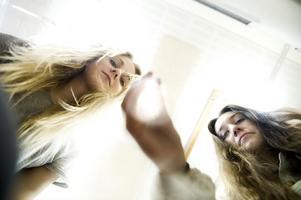 Med hjälp av pipetter och vatten har Matilda Forsell och Felicia Granat testat egenskaper hos olika plasttyper.