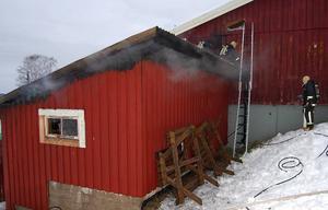 Avtar. Samtidigt som räddningstjänsten är på väg att få grepp om branden i förrådet, började man riva väggen till huvudbyggnaden.