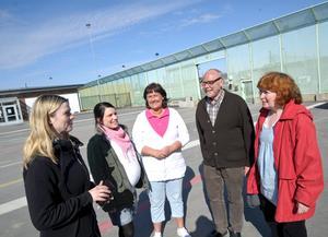 Karin Udd, Sofia Ragnemyr, Marina Norberg, Harri Larsson och Ulla Simmons samlas innan de går in på anstalten för att träffa de intagna. BILD: HÅKAN EKEBACKE