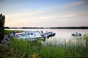 Många tog sig till dansen på Ön i Hedesunda med båt. Dansbanan ligger vackert till med Dalälven på båda sidor.
