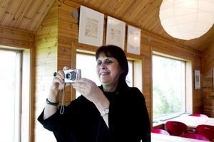 Carin Forsberg tog sista chansen att fotografera utställningen i Skaparbyn.
