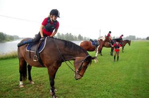 Rebecca Nyberg sitter upp på hästen Limrick. Snart ska de rida ut i skogen.Foto: Carin Selldén