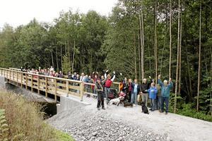Vi fick en bro! Eftersom förbifarten av 51:an dröjer har Trafikverket byggt gångbro och cykelbana i Svennevad. Här invigs bron av byborna. Foto: Kurt Gustafsson