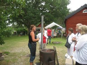 Kerstin Forsgren kokar rödfärg.