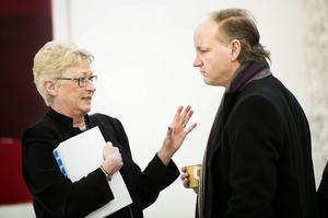 Kammaråklagare Lisa Eriksson och målsägandebiträdet Thomas Hörnfeldt i samtal innan tingsförhandlingens andra dag. Eriksson och Hörnfeldt är överens om att ärendet tagit för lång tid.