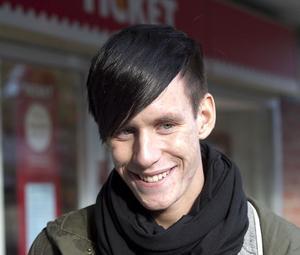 Richard Hansson, 18, Enånger:- Ja, titt som tätt. Handlar ofta jackor och tröjor från England, det tar bara en vecka att få hem varorna. Känner också att jag litar på betalningssystemet, jag har aldrig haft problem.