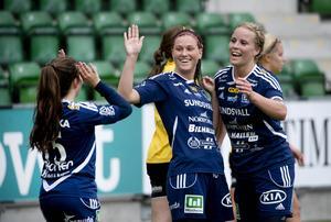 Jenny Nordenberg, här omringad av Philippa Johansson och Ida Brännström,