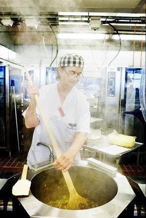 Eva Berggren förbereder svamp som ska bli fyllning i tortillas.