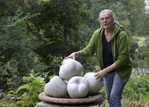 Kerstin Hörnlund med frukter som är ett av verken i Skulpturparken.
