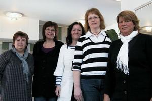 Carina Nordqvist, Lena Ståhl, Gerd Larsson, Magdalena Broberg och Annette Gunnarsson jobbar med anhörigstödet i Ovanåkers kommun. Det är ett stimulerande arbete, tycker de. På bilden saknas Ulla-Britt Eriksson. Och deras chef Rigmor Olsson.