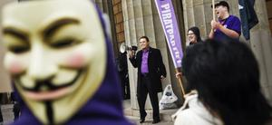 Ordförande Rickard Falkvinge talar under en av Piratpartiets manifestationer.